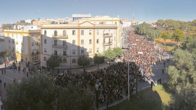 La manifestación para pedir una sanidad digna en Huelva vuelve a sacar a los onubenses a la calle pese al frío