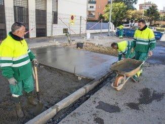 Trabajadores del Plan de Empleo adecentando la barriada de Los Rosales