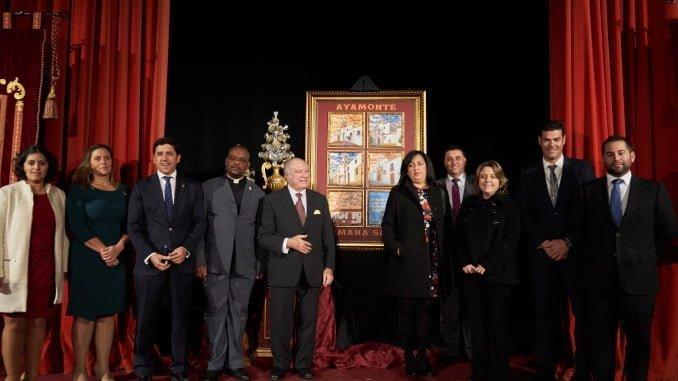 El alcalde de Ayamonte, Alberto Fernández; el mantenedor y otros asistentes al acto de presentación del cartel de la Semana Santa ayamontina 2017