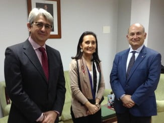 Asunción Grávalos junto al presidente y el gerente de Aiqbe