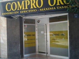 Los detenidos intentaban vender la mercancía robada en un local de compra-venta de oro