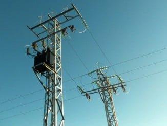 En esa línea, se han sustituido concretamente 31 postes de madera y 4 metálicos, por 12 apoyos metálicos de gran altura