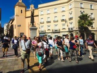 Turistas paseando por la Plaza de las Monjas