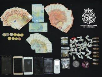 Los agentes de la policía intervinieron además del  hachís preparado para su distribución, dinero y teléfonos móviles