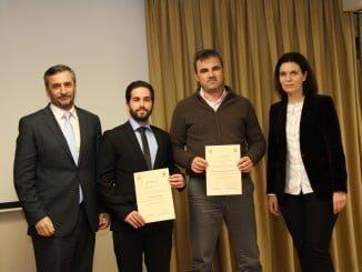 Jorge Sánchez, responsable de Innovación y Living Labs de Endesa, Fernando Pérez, el premiado en categoría Fin de Grado, el hermano de la ganadora por el proyecto Fin de Carrera, y Pilar Nieto, responsable de Network Technology de Endesa