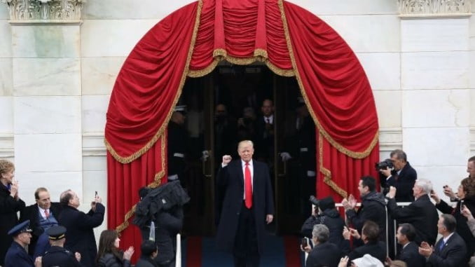 Esperamos que el saludo con el puño en alto y cerrado del nuevo presidente de los Estados Unidos no sea presagio de nuevas aventuras que rompan el bloque occidental.