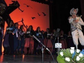 Actuación de la comparsa' En un lugar del Quijote' de Huelva.