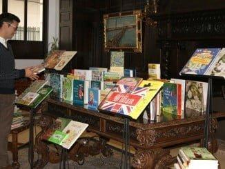 Agustín Ponce revisa y contempla algunos de los  muchos ejemplares recibidos.