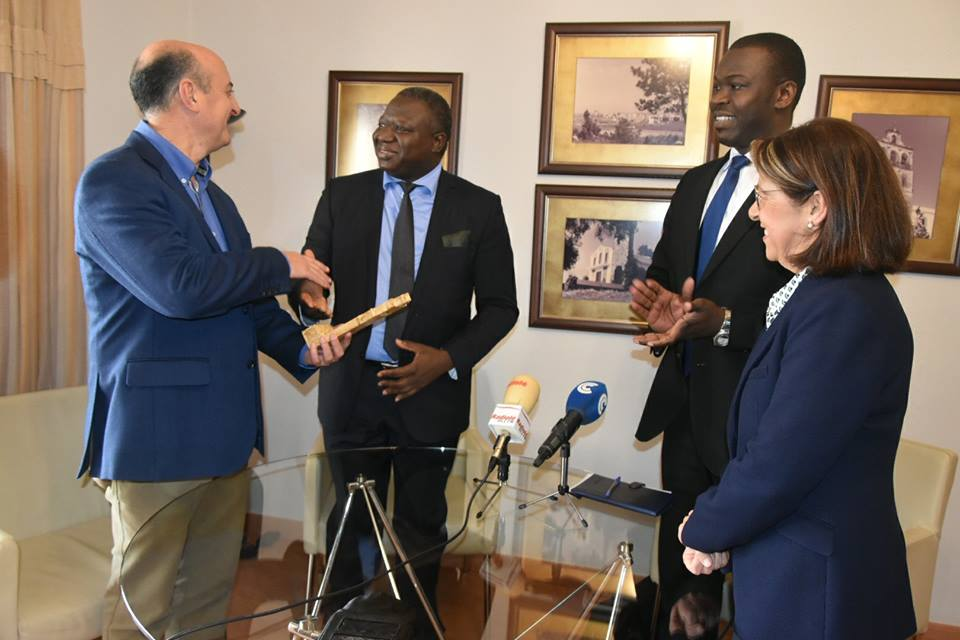 El alcalde de Lepe hizo entrega de un recuerdo al embajador de Mali en España.