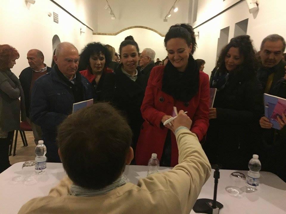 La alcaldesa recibe un libro firmado.