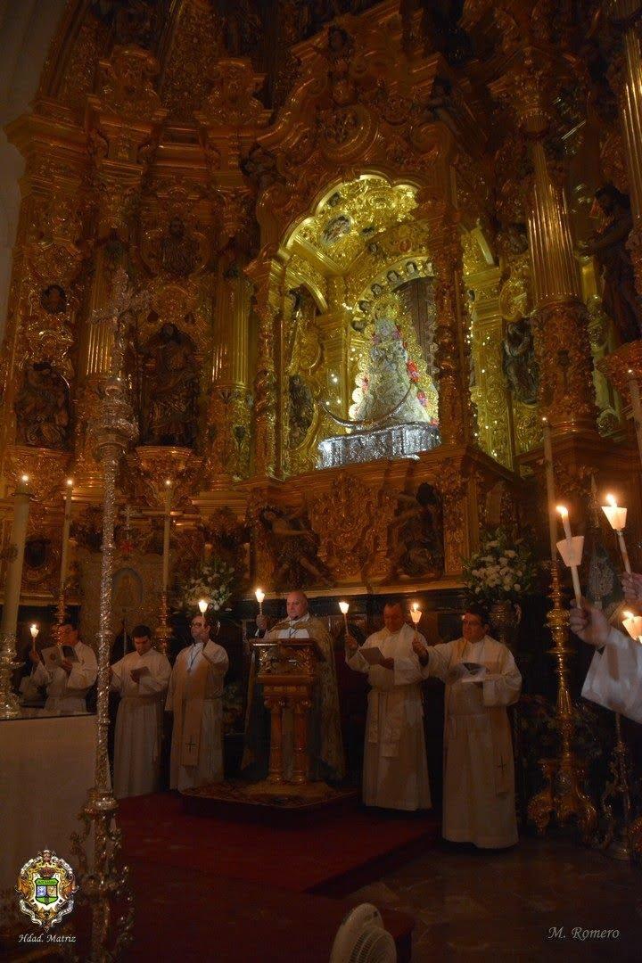Aspecto del Alta Mayor con la imagen de la Virgen iluminada.