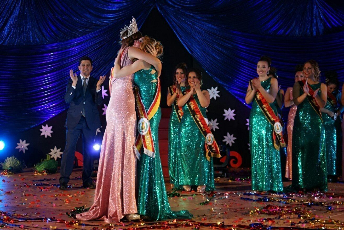 El relevo de las reinas del carnaval de Ayamonte fue muy emotiva.
