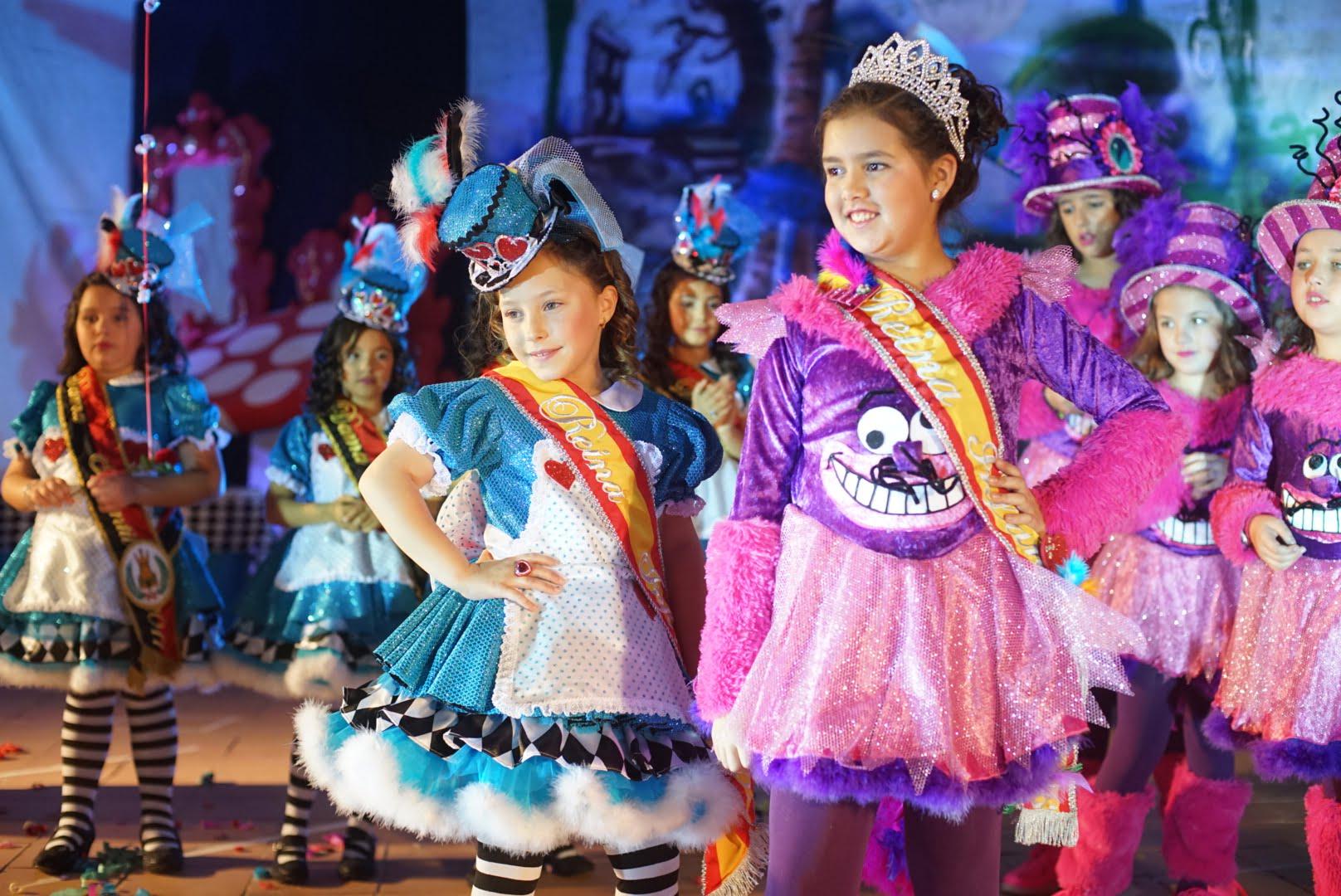 La reina infantil del 2016 en Ayamonte entregó la banda y corona a la que será en este año.