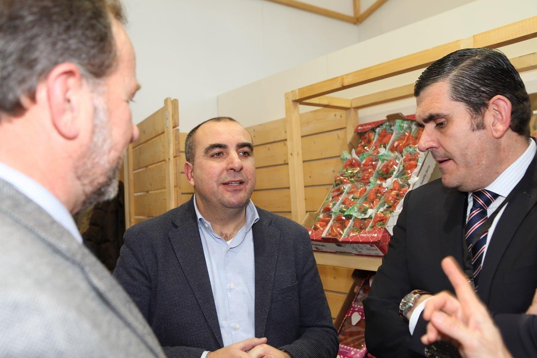 El presidente de Interfresa, José Luis Garcia-Palacios Álvarez, y su gerente, Pedro Marín, hablando con Carlos Cumbreras, gerente de Grufesa.