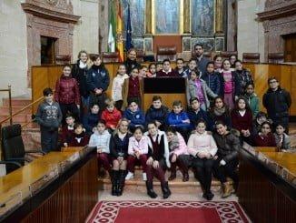 Escolares de Palos de la Frontera visitan el Parlamento andaluz.