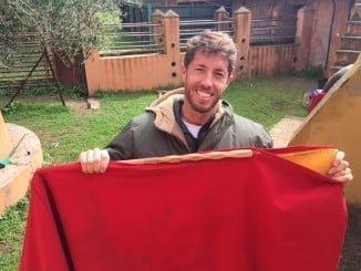 El torero Manuel Escribano ha donado la muleta con la que toreó a 'Cobradiezmos' en la pasada Feria de Abril.