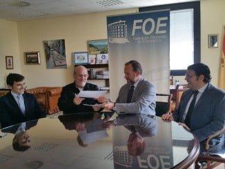 El presidente de la FOE y el de la Academia Andaluza de Gastronomía y Turismo rubrican el acuerdo en la sede de la organización empresarial