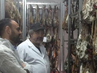 El delegado de Agricultura en la visita a Jamones Eíriz.