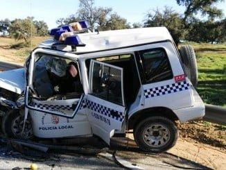 Estado en que quedó el vehículo de la Policía Municipal de Beas tras la colisión.