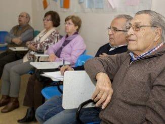 Los mayores aprenden a hacer fotos con el móvil en un taller organizado por el Ayuntamiento de Huelva