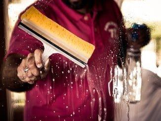 Los principales clientes de servicios de limpieza son las grandes compañías de servicios e industriales, los organismos públicos y los centros docentes y hospitalarios