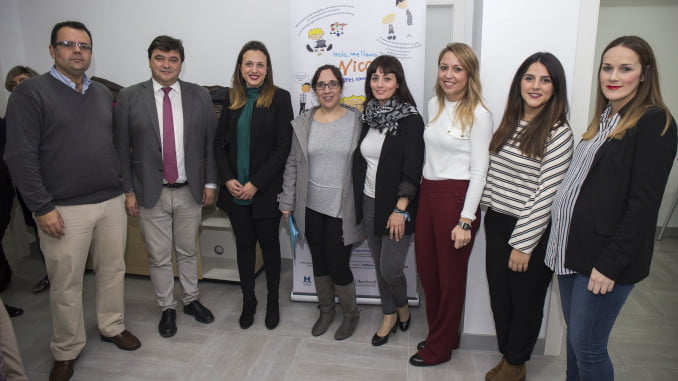 Miembros de la corporación municipal junto a los de la Asociación Asperger, durante la inauguración de su nueva seda