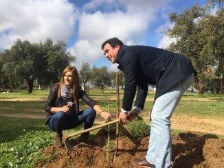 La delegada de Medio Ambiente participa en la plantación de árboles en Bollullos