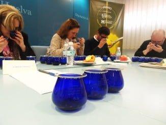 Las muestras se colocan en copas opacas, generalmente de color azul, se tapan, se huelen y se degustan