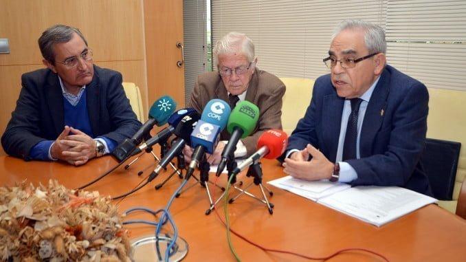 Juan José Domínguez junto al vicedecano y el secretario del Colegio de Abogados