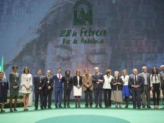 La presidenta de la Junta y el presidente del Parlamento junto a los galardonados