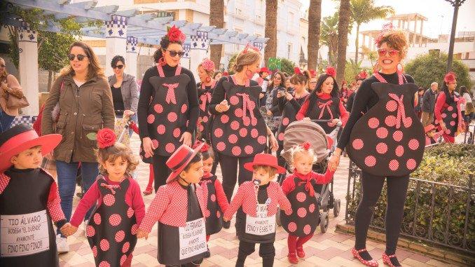 Los más pequeños, acompañados de sus mamás en el desfile infantil del carnaval ayamontino