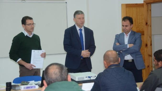 El alcalde d Palos entrega a los 25 trabajadores que han hecho el curso,  la tarjeta TPC construcción