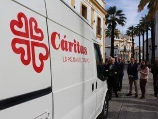 El párroco bendice la furgoneta donada por la  a Cáritas La Palma