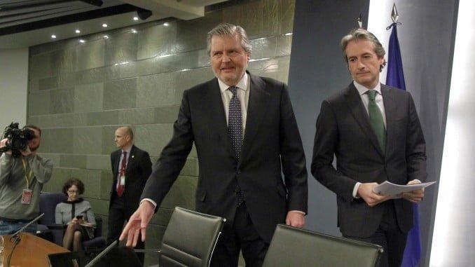 El portavoz del Gobierno y el ministro de Fomento al inicio de la rueda de prensa tas el Consejo de Ministros