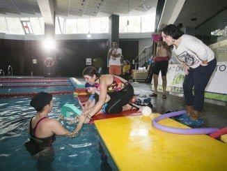 Discapacitados y sus familias disfrutan de los beneficios del agua en la piscina del O2