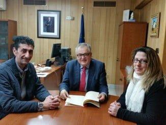 Donaire entrega el documento de las conclusiones de las Jornadas a Rafael López