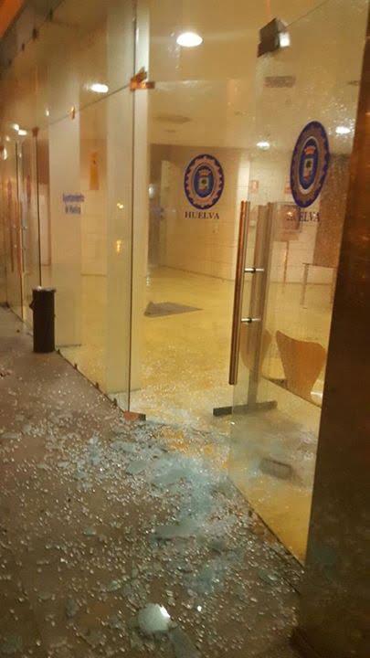 El tornado rompió puertas y ventanas en la Policía Local y volaron expedientes
