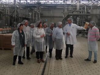 Representantes de la Mancomunidad de Beturia durante su visita a la planta de cítricos García Carrión
