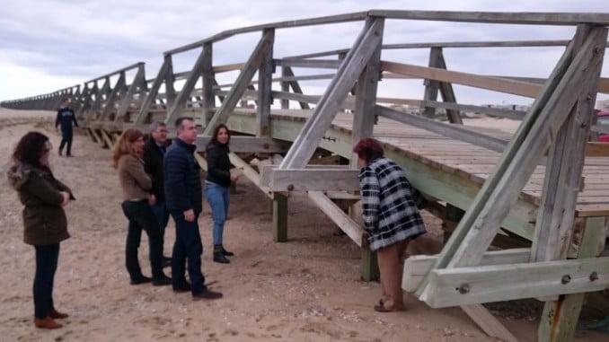 La alcaldesa comrpueba el estado de la pasarela