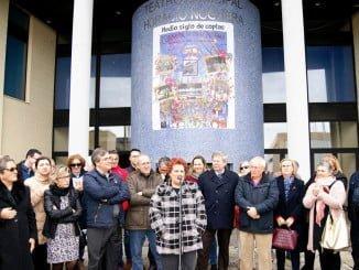 La alcaldesa junto a los homenajeados y sus familias