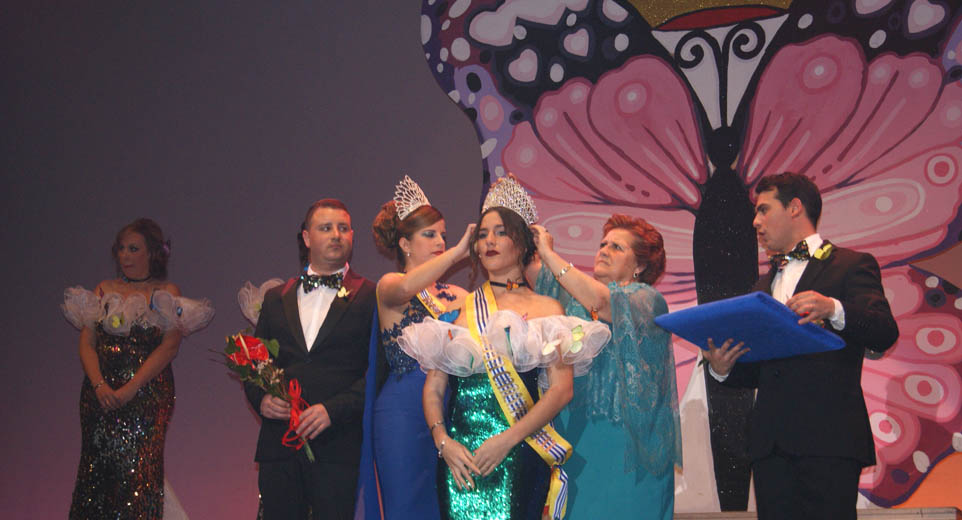 La alcaldesa impone la corona a la Reina Juvenil, Silvia Reina