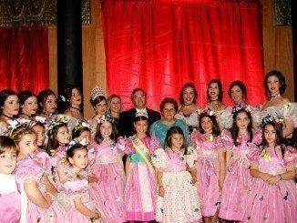 Las autoridades con las cortes de honor y las Reinas juvenil e infantil