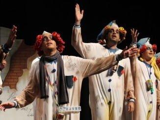 Miembros de la comparsa La Antología durante su actuación el pasado año