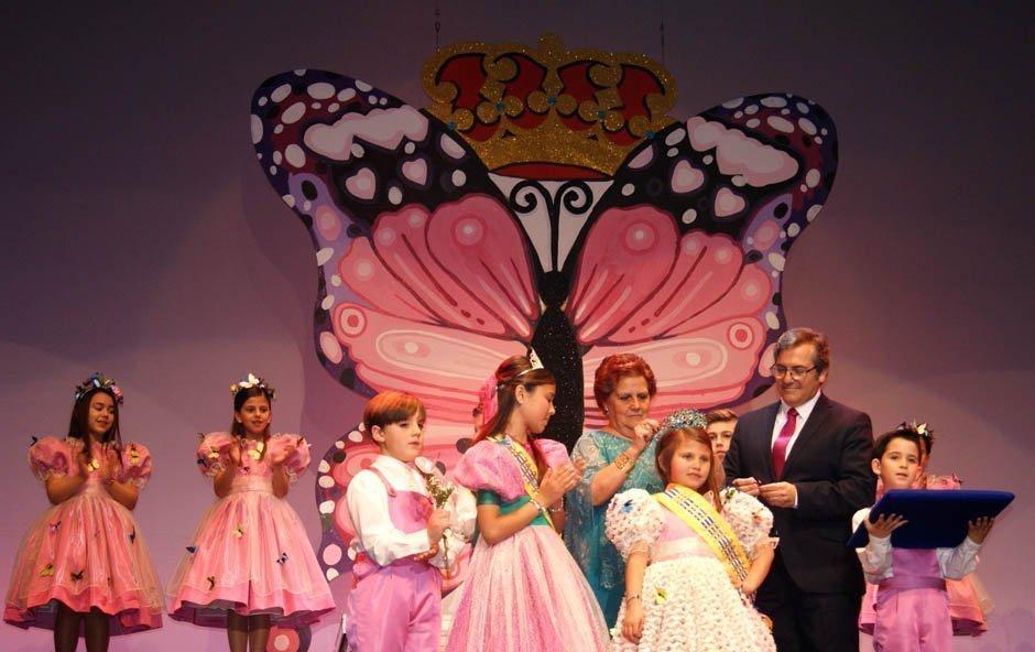 Momento en el que es coronada María Arriaza como Reina Infantil