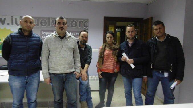 Representantes del PCA en Huelva, con los delegados sindicales de los estibadores en Huelva
