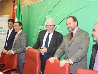 El consejero de Empleo junto al presidente de la FOE en la presentación del Pacto por la Industria