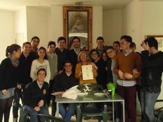 Rosy Calvo junto a los jóvenes de la Hermandad