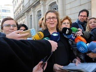 Hergueta y otros miembros de la Plataforma Huelva por una Sanidad Digna hablaron con la prensa al término de la reunión con los políticos