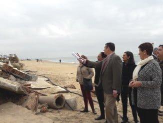 El delegado del Gobierno en Andalucía comprueba en la playa de El Portil los daños por el temporal