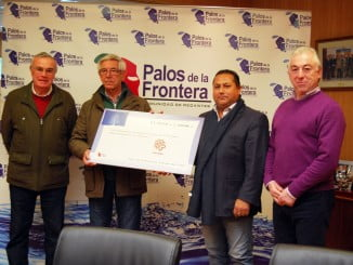 Silvestre Ronquillo, José Fernández, José Antonio Garrido y Fernando Sánchez junto al cheque solidario